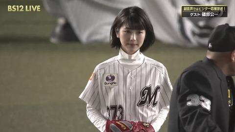 【悲報】浜辺美波さん、つまんなそうな顔で始球式をしてしまう