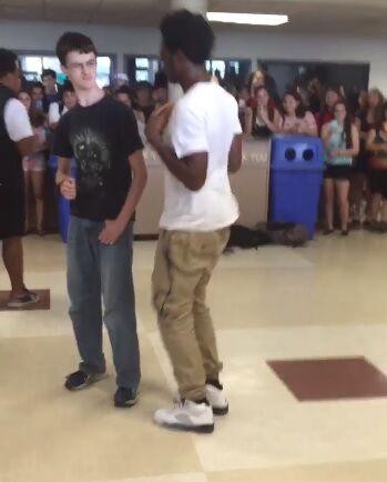 【朗報】アメリカのナード、ダンスバトルで黒人を圧倒し拍手喝采wwwwwwwwwwwwwwww