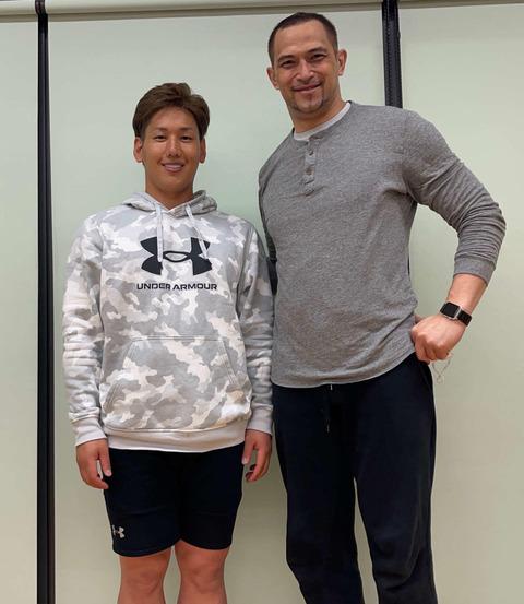 【悲報】吉田正尚さん、ファンの一般男性より身体が小さい