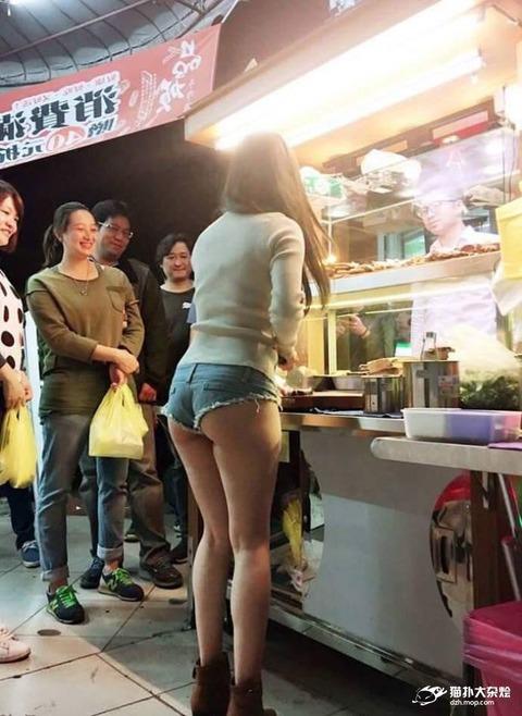【悲報】台湾の屋台女、エチエチすぎるwwwwwwwww