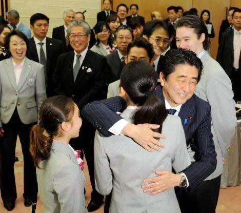 【動画】橋本聖子、嫌がる浅田真央に安倍晋三とのハグを無理矢理させていた【文春砲】
