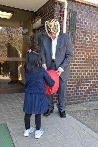 【朗報】初代タイガーマスク、児童養護施設へランドセルを寄付…「もっと広い範囲でやっていきたい」