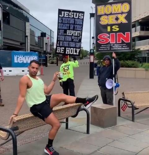 【悲報】ゲイ差別団体の前で、ゲイがとんでもないダンスを披露wxwxxwww