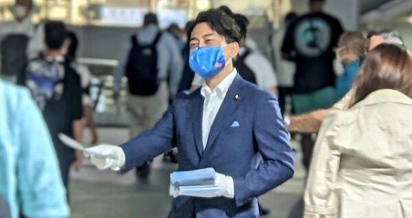 【悲報】小泉進次郎「ワイがビラ配りしたら大人気やろなぁ…ニチャ」→紙の無駄と批判される